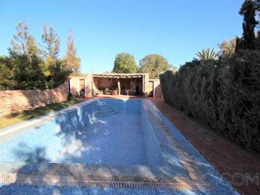 Ravissante villa de plain pied avec piscine en zone urbaine