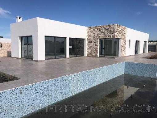 Maison neuve de 3 chambres avec piscine en zone urbaine