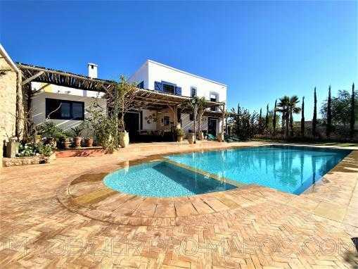 Ravissante maison avec 2 piscines, vue dégagée sur la campagne