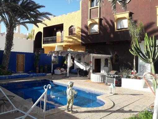 propriété composé de 2 maisons et 2 piscines
