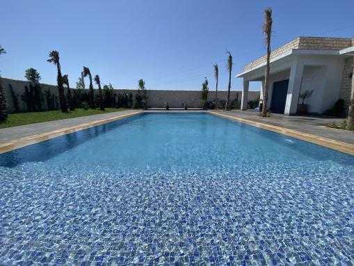 Belle villa neuve avec piscine en zone urbaine